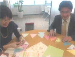 子供部屋に使う手づくりガーランドを作成中なのは…宮腰さんと牧村さんです